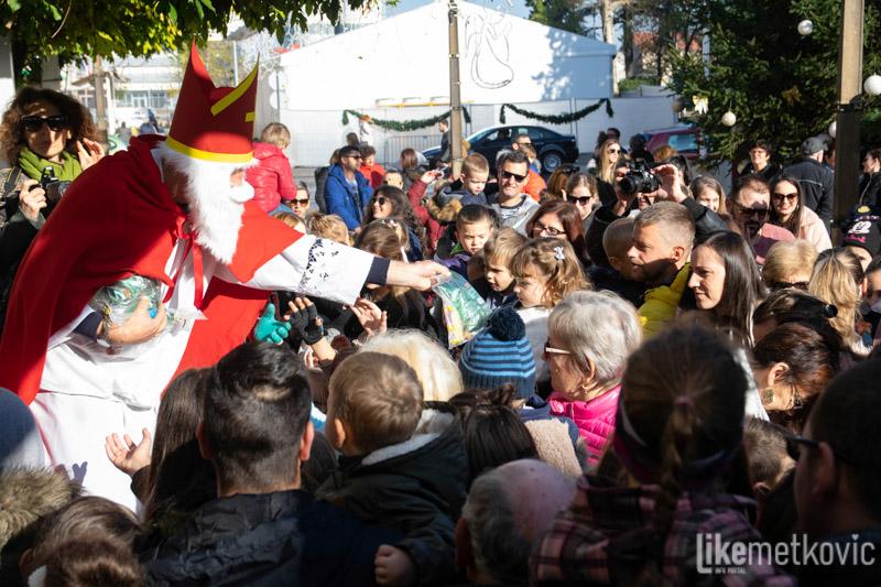 FOTO Sv. Nikola je darivao djecu na Trgu kralja Tomislava