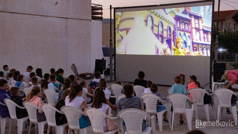 METKOVSKO LJETO Film 'Pazi se čarobnjaka' jučer je prikazan kod crkve sv. Nikole